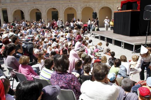 Numeroso público acudió a La Misericòrdia para contemplar la obra 'Tres contes d'Andersen' de la compañía Àngeles de Trapo.