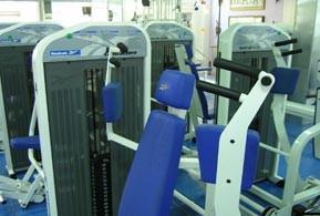 El gimnasio tiene una amplia sala de máquinas.