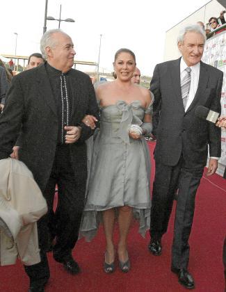 Isabel Pantoja junto a Luis del Olmo y José Luis Moreno, a su llegada al acto de entrega.