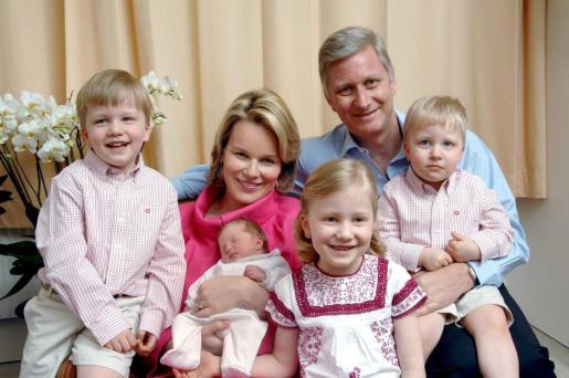 Los Reyes Felipe y Matilde de Bélgica junto a sus hijos en una imagen de 2008. La princesa Elisabeth es la mayor.