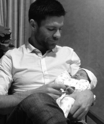 Xabi Alonso ha presentado a su pequeña Emma a través de la red social Twitter.