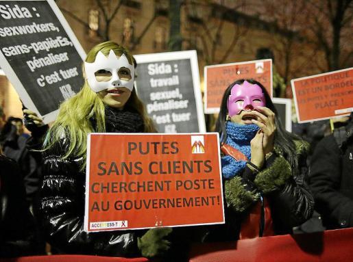 Cientos de personas se manifestaron en París contra la proposición de ley que penaliza la prostitución.