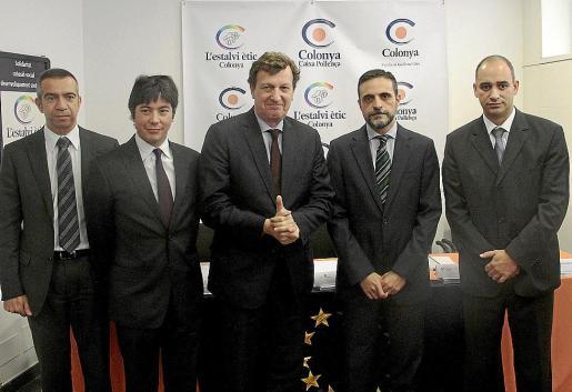 Gabriel Bauzá, Saiyi Suzuki, Marc Schublin, José Vicente Marí y Josep A. Cifre, ayer, en la firma del acuerdo de microfinanciación Progress de la Unión Europea.