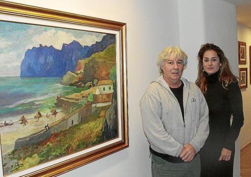 Bernat Llobera, hijo del artista, y Rosa Vanrell, junto a una obra de Llobera.