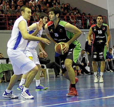 El pívot Antonio Pantín intenta superar la defensa de Lucho Fernández.