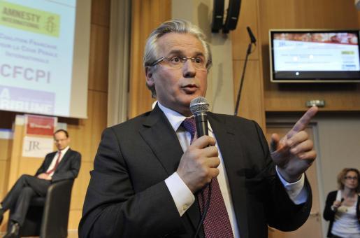 El juez Baltasar Garzón responde una pregunta antes de ser galardonado con el Premio de la Libertad y la Democracia René Cassin.