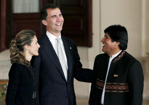 El Príncipe Felipe y la Princesa Letizia conversan con el presidente de Bolivia, Evo Morales (d), antes de la cena que los Príncipes de Asturias ofrecieron a los jefes de Estado y de Gobierno participantes en la VI Cumbre UE-América Latina, esta noche en el Palacio Real.