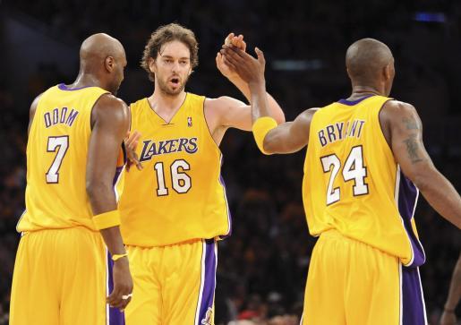 De izquierda a derecha, los jugadores de los Lakers de Los Àngeles, Lamar Odom, el español Pau Gasol y Kobe Bryant celebran su victoria ante los Suns de Phoenix.