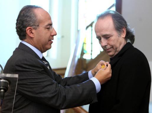 El presidente de México, Felipe Calderón, condecora al cantautor español Joan Manuel Serrat.