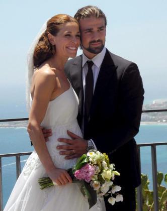 Foto de archivo del 22 de junio de 2012 de la presentadora de televisión Raquel Sánchez Silva junto a su marido, el operador de cámara italiano Mario Biondo, durante su boda.
