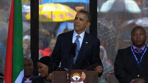 Obama, durante su discurso junto al falso intérprete del lenguaje de signos.