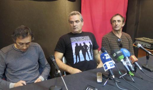 El cantante del grupo sevillano Reincidentes, Fernando Madina (c), durante la rueda de prensa que ha ofrecido hoy en Madrid tras regresar de Miami, donde pasó tres días detenido por la policía del aeropuerto.