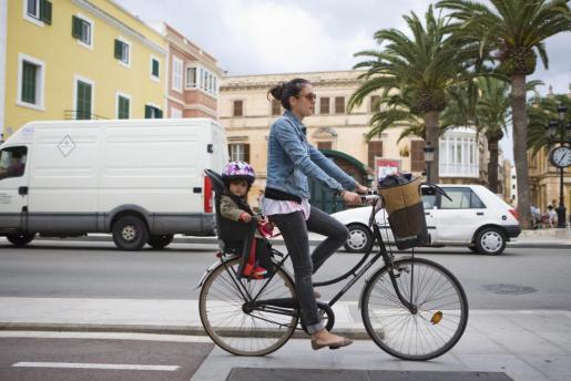 Los menores de 16 años tendrán que llevar casco cuando circulen en bici por ciudad.