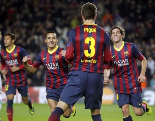 Gerard Pique (c) celebra el primer gol marcado por el Barça ante el Celtic.
