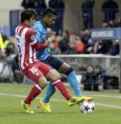 El delantero del Atlético de Madrid Oliver Torres (i) pelea un balón con el defensa del Oporto Alex Sandro, en el partido de la sexta jornada de la Liga de Campeones.