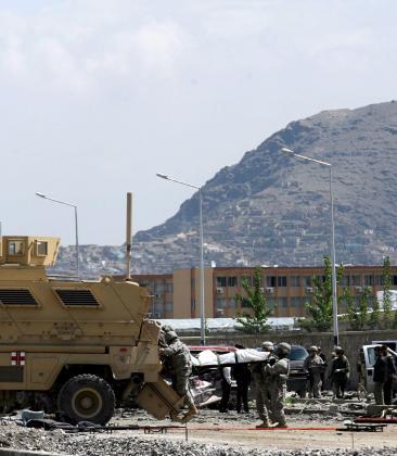 Soldados estadounidenses levantan cadáveres del lugar donde se ha registrado un atentado suicida en Kabul.