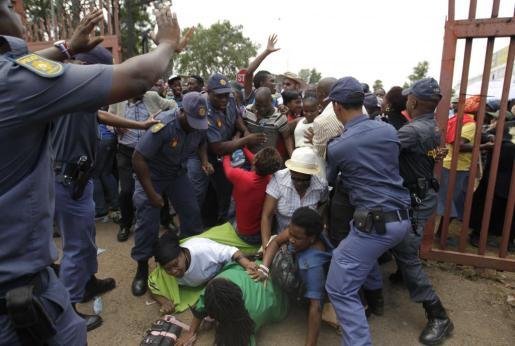 Imagen de la avalancha de gente que hay en los accesos a la capilla ardiente de Mandela.