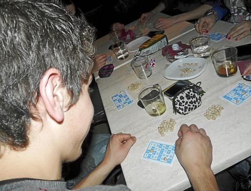 En la Part Forana es tradicional tapar los números con garbanzos, guisantes o maíz.