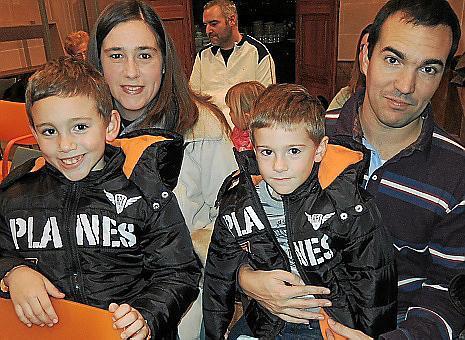 Margalida Domínguez y José Ramón Rodríguez con los pequeños Ramón y Vicenç.