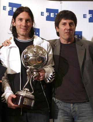 Fotografía de archivo del 22/02/08 del delantero argentino del F.C Barcelona, Lionel Messi (c) junto a su padre, Jorge Horacio Messi.