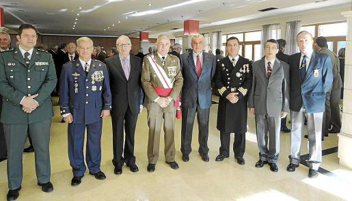 Antonio Orantos, Manuel Fernández-Roca, Jesús Rodríguez, el comandante general de Baleares, Casimiro Sanjuán; Fulgencio Coll, Mateo Cerdá, Francisco de la Iglesia y Juan Caridad.