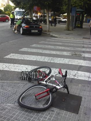 La bicicleta en la que viajaban dos jóvenes en Palma ha quedado en mal estado.