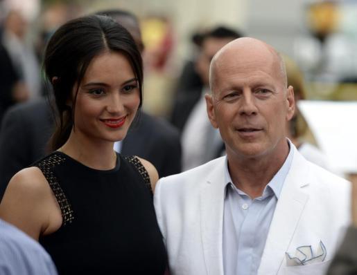 El actor estadounidense Bruce Willis y su esposa, la modelo Emma Heming (i).