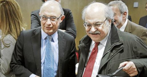 Montoro (i), junto al sonriente conseller de Economía catalán, Andreu Mas-Colell, al inicio de la reunión del Consejo de Política Fiscal y Financiera.