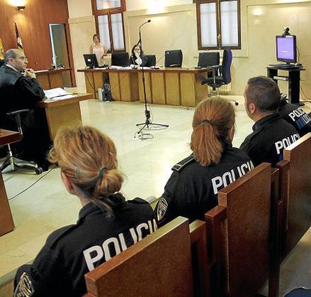 Los agentes de la Policía Local de Palma acudieron uniformados al juicio.