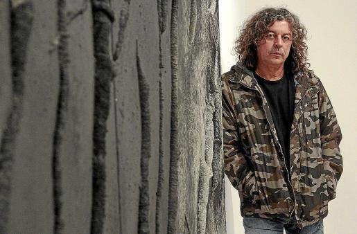 Guillem Nadal posa junto a una de las piezas que forman parte de su nueva exposición, 'Caos', que se inaugura hoy en el Centre Cultural Contemporani Pelaires.