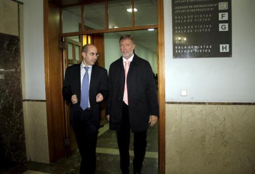 El ex intendente de la Policía Local de Palma, Antoni Vera (dcha.), en los juzgados junto a su abogado.