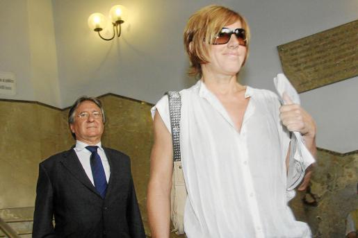 Ana Toorja junto a su abogado en los juzgados de Palma.