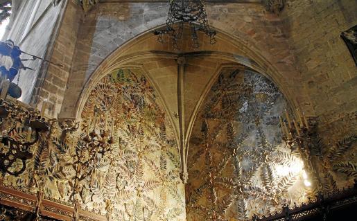 El mural cerámico preside la CApella Reial de la Seu con motivos vegeatles y otros muy típicos de la decoración de Gaudí.