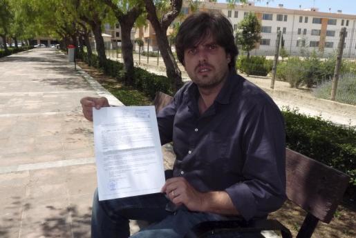 Sebastià Gallardo muestra la notificación oficial de su cese.