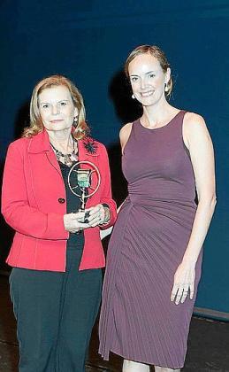 Carme Riera, que recibió el premio de manos de Carmen Cordón, de GH Quirón.