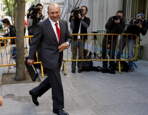 El presidente del Banco Santander, Emilio Botín, a su llegada hoy al Tribunal Supremo.