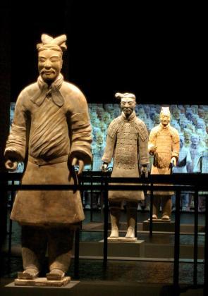 """Foto de archivo de algunas de las figuras de terracota de los """"Guerreros de Xian""""."""