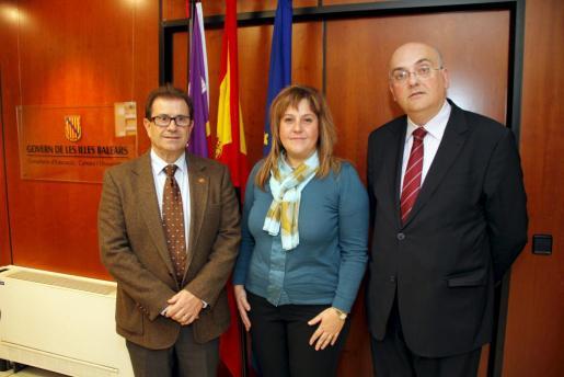 La consellera d'Educació ha firmado un convenio de colaboración con la UIB. A la izquierda, el rector de la UIB, Llorenç Huguet.