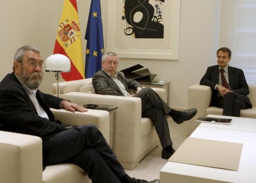Zapatero, durante la reunión que mantuvo con los líderes de CCOO, Ignacio Fernández Toxo, y de UGT, Cándido Méndez la semana pasada.