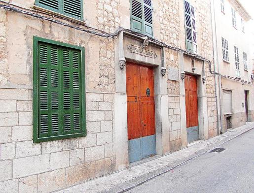 Entrada del edificio antiguo de la escuela, muy ampliada y reformada durante el siglo XX.