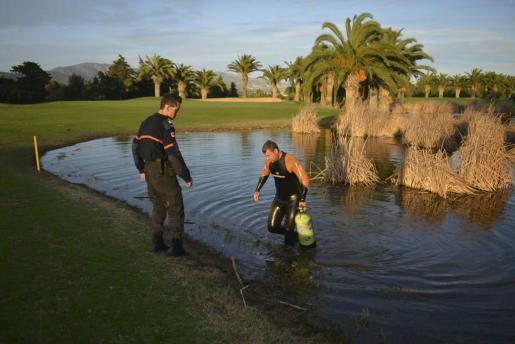 Miembros de Protección Civil de Calvià y de la Guardia Civil buscaron a Malén en la laguna del golf de sa Porrassa.