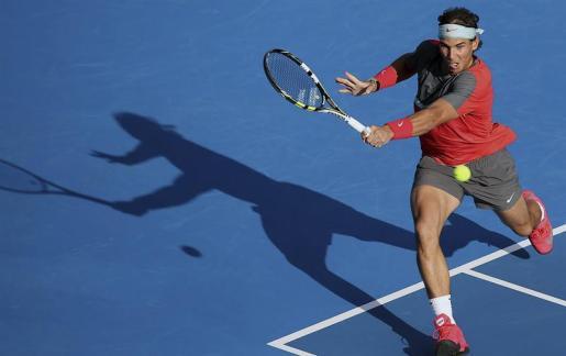 El tenista mallorquín, Rafael Nadal, ejecuta un golpe durante su participación en el torneo de exhibición de Abu Dabi.