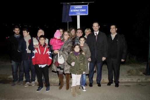 Familiares y autoridades descubrieron la placa de la calle Bernat Pomar en Marratxí.