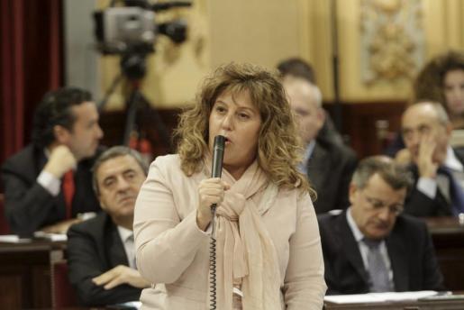 La consellera de Educació, Joana Maria Camps, durante una intervención en el pleno del Parlament.