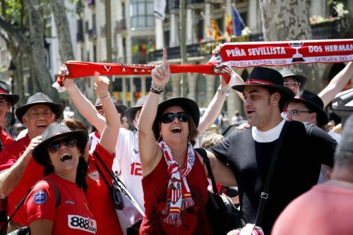 DEP09. BARCELONA, 19/05/2010.- Aficionados del Sevilla muestran su alegría en las populares Ramblas barcelonesas, donde se están concentrando numerosos aficionados de ambos equipos a la espera de la final de la Copa del Rey que disputarán esta noche el Atlético de Madrid y el Sevilla en el Camp Nou. EFE/Xavier Bertral ESPAÑA- FÚTBOL COPA DEL REY