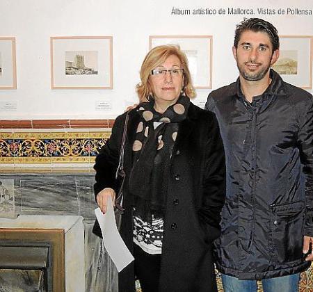 Maria Payeras, regidora de Cultura, y José Pastor, de Participación Ciudadana, junto a las obras de Llobera.