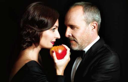 Los actores Ana Milán y Fernando Guillén Cuervo protagonizan la obra de teatro 'El diario de Adán y Eva'.