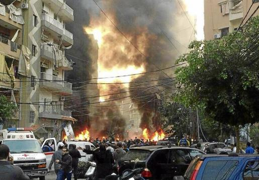 XNM01 BEIRUT (LBANO) 02/01/2014.- Llamas y humo en el lugar donde se ha registrado la explosin de un coche bomba en el barrio de Haret Hareik, en el sur de Beirut, el Lbano, hoy, jueves 2 de enero de 2014. Al menos cuatro personas murieron y ms de nueve resultaron heridas en el atentado, inform la Agencia Nacional de Noticias. EFE/Nabil Mounzer AL MENOS 4 MUERTOS Y 9 HERIDOS EN UNA EXPLOSIN CON COCHE BOMBA EN BEIRUT