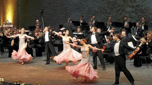 Imagen de la Johann Strauss Festival Orchesta, que tocó ayer en el Auditòrium agotando las localidades.