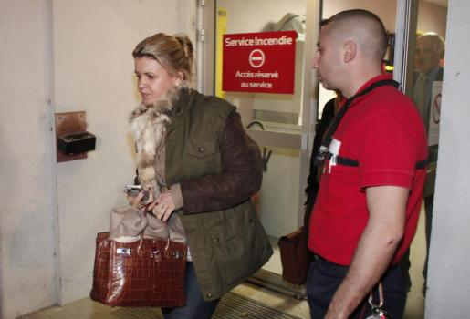 Corinna Schumacher, esposa del expiloto alemán de Fórmula Uno Michael Schumacher, a su salida ayer del Centro Hospitalario Universitario en Grenoble (Francia), y donde continúa en estado crítico tras sufrir un grave accidente de esquí.